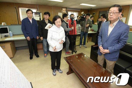 [사진]구룡마을 재개발 현황보고 받는 김황식 후보