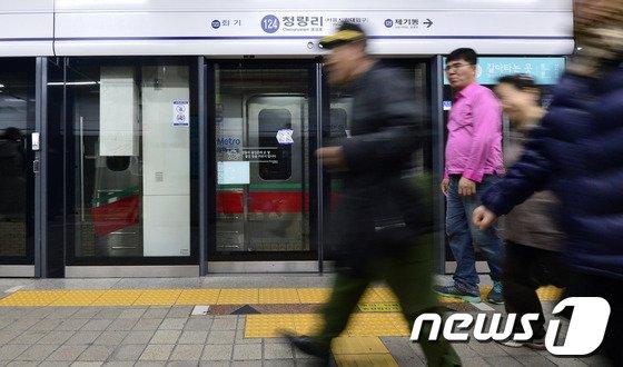 [사진]1호선 열차 운행 중단 '발길 돌리는 승객들'