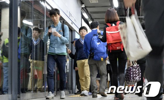 [사진]발길 돌리는 지하철 이용객들