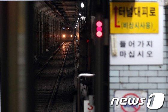 [사진]멈춰 선 지하철 1호선