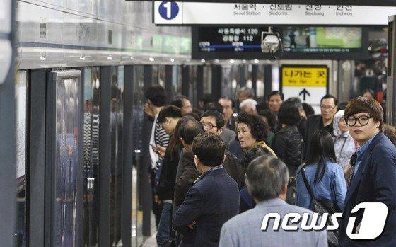 [사진]1호선 열차운행 중단 답답한 지하철 이용객들