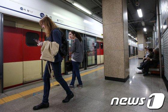 [사진]지하철 1호선 운행중단, 발길 돌리는 승객들