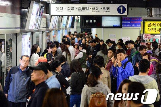 [사진]1호선 또 고장 '주말 시민들 불편'