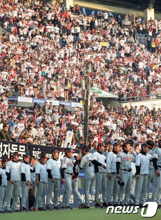 [사진]LG '승리 뒤에는 팬이 있었다'