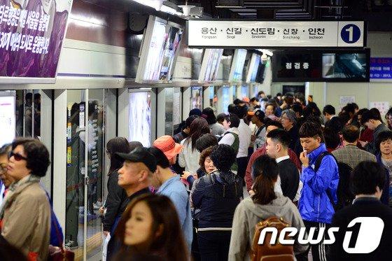 [사진]서울 지하철 1호선, 고장으로 멈춰서
