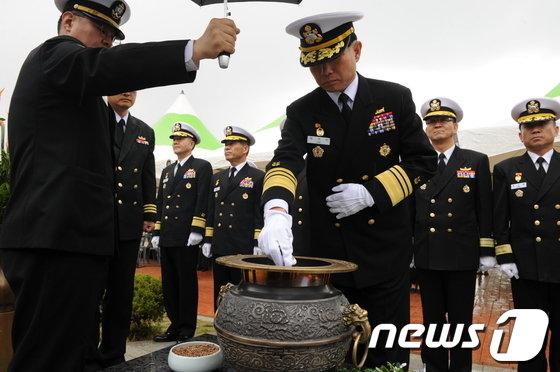 [사진]분향하는 이기식 해군사관학교장