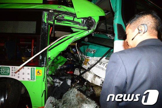 19일 오후 11시45분께 서울 송파구 방이동 송파구청 사거리 인근에서 운행을 마치고 차고지로 향하던 시내버스가 신호를 기다리며 멈춰서있던 시외버스를 추돌했다. 2014.3.20/뉴스1 © News1   정회성 기자