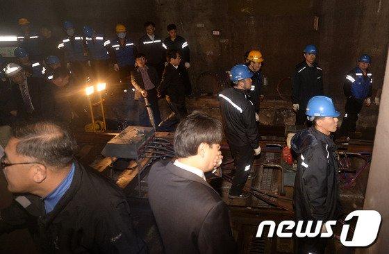 [사진]지하철 4호선 삼각지역 탈선사고 '복구 총력'