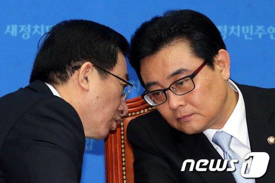 [사진]전병헌-정성호 '귀엣말'