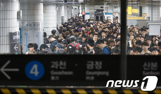 [사진]서울 4호선 열차탈선, '지옥철이 따로없네'
