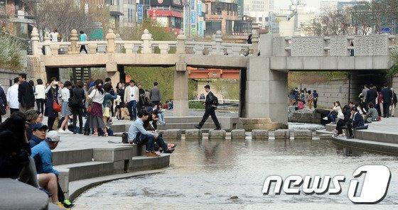 초여름 날씨가 이어진 2일 서울 청계천이 시민들로 북적이고 있다./뉴스1 © News1   양동욱 기자
