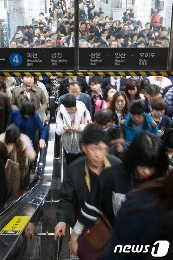 [사진]4호선 열차사고 '지옥철이 따로없네'