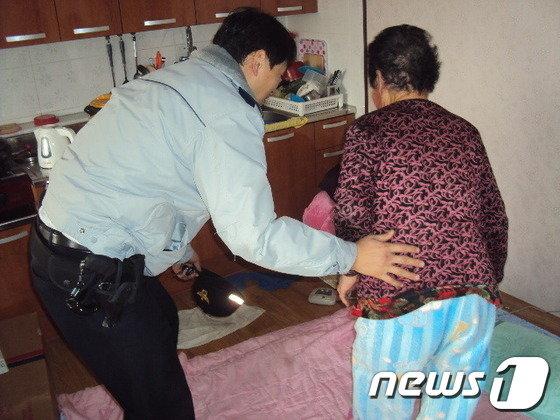 경찰관이 독거노인 가정을 방문하고 있다. © News1 조문현 기자