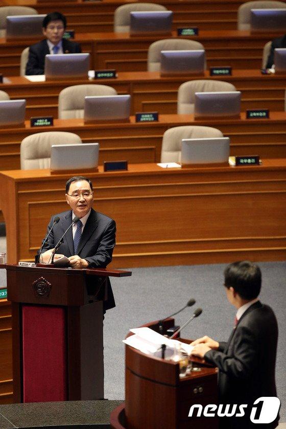 [사진]기초공천 폐지 관련 질문 답하는 정홍원 총리