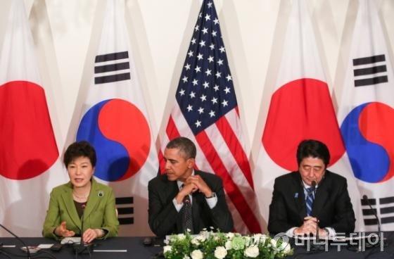 박근혜 대통령과 버락 오바마 미국 대통령, 아베 신조 일본 총리가 참석한 가운데 지난달 25일 오후(현지시간) 네덜란드 헤이그 미대사관저에서 열린 한미일 정상회담에서 박 대통령이 인사말을 하고 있다.