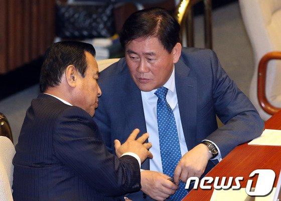 [사진]최경환-이완구 '본회의장 대화'