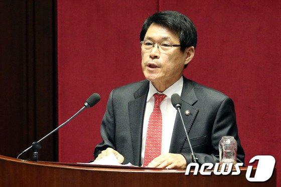 [사진]이군현 의원, 정치에 관한 대정부질문