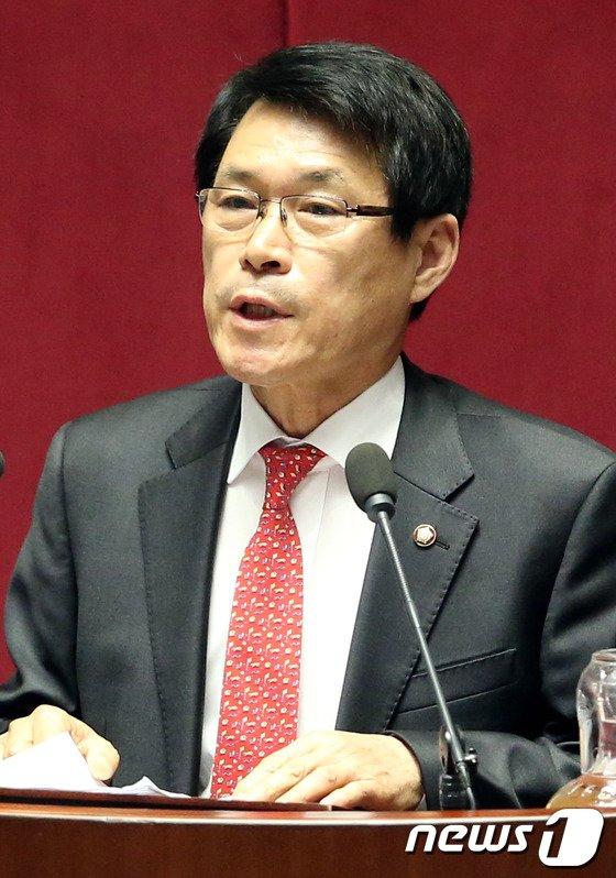 [사진]대정부질문하는 이군현 의원