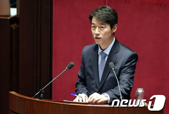 [사진]대정부질문하는 송호창 의원