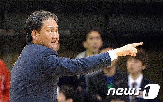 [사진]작전 지시하는 모비스 유재학 감독