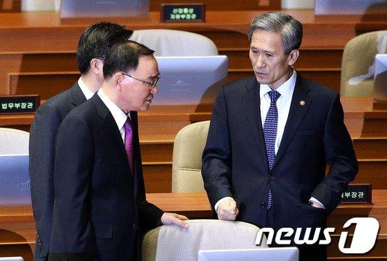 [사진]정홍원 총리와 김관진 장관 '北무인기 때문에?'