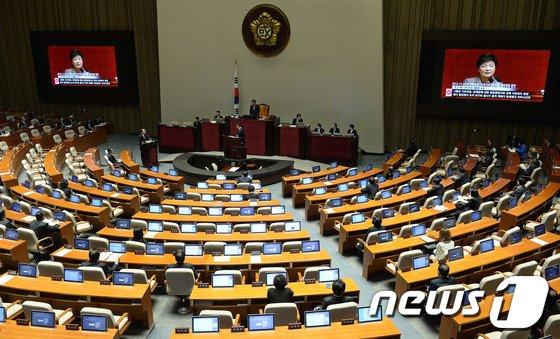 [사진]정홍원 총리 '박 대통령 공천폐지 약속 질의 답변'
