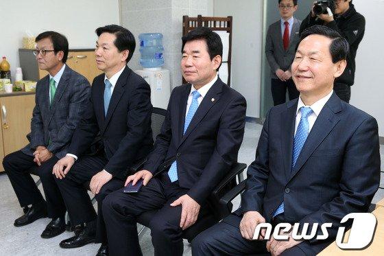 [사진]공천관리위원장 질문 듣는 경기지사 예비후보들