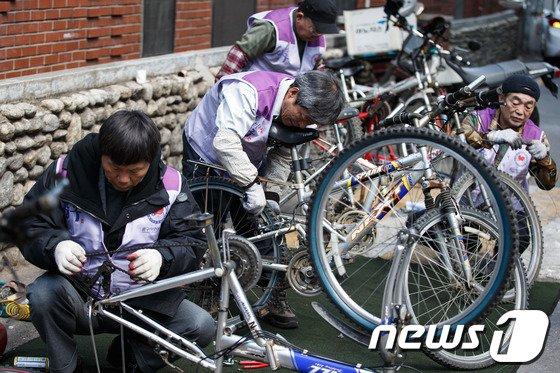 [사진]중구, 주민들 찾아가 자전거 고쳐드려요