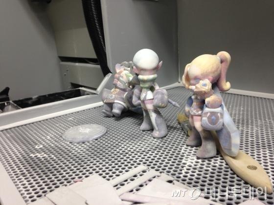 컬러 3D 프린터에서 갓 뽑아낸 게임 피규어. 현 기술 수준에서 소요되는 재료비는 약 20만원 가량이다.