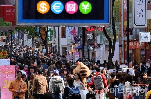 지난해 일본 골든위크와 중국 노동절 연휴 기간 중 외국인 관광객들로 붐비고 있는 명동거리./ 사진=머니투데이DB