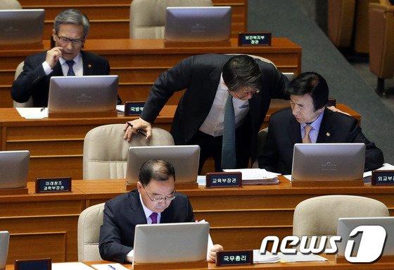 [사진]외교-통일장관 '본회의장 논의'
