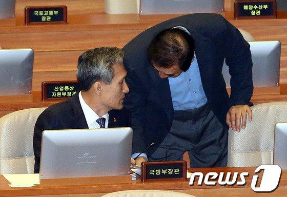 [사진]이재오-김관진 '무슨얘기?'