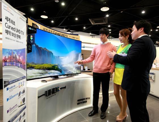 삼성전자가 커브드 UHD TV를 판매하고 있다. / 사진제공=삼성전자