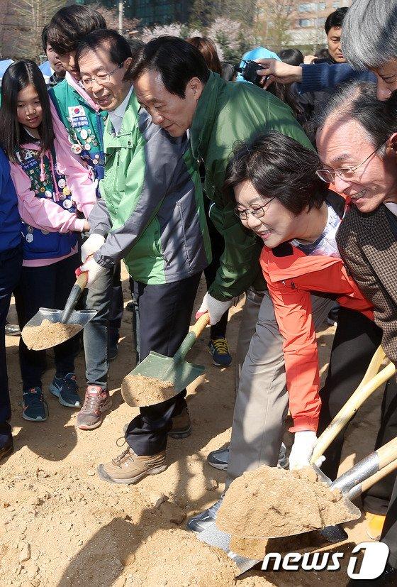 [사진]식목일 민생행보 나선 서울시장 경쟁자들