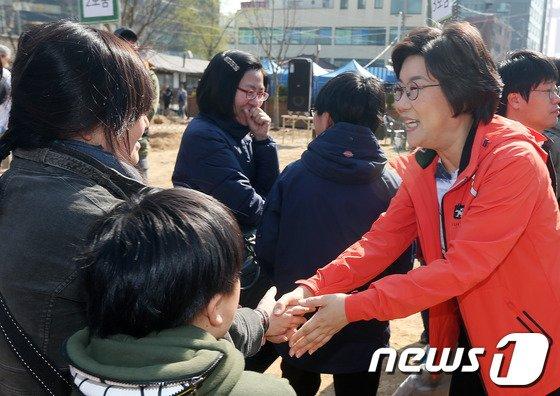 [사진]이혜훈 '식목일 표심잡기'