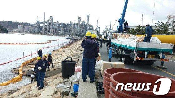 [사진]에쓰오일 온산공장 유출기름 이송작업