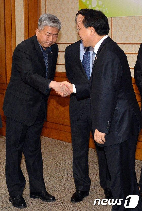 [사진]노동부 장관 손잡고 표정 굳은 한국노총 위원장