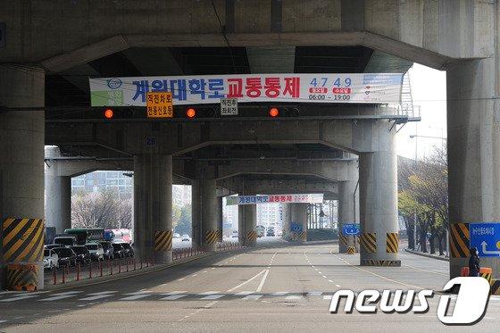 [사진]어벤져스2 촬영 '텅빈 도로'