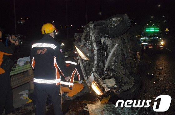 [사진]노량진 차량전복...2명 부상