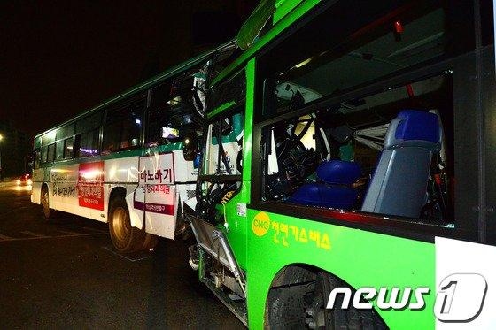 지난달 19일 오후 서울 송파구 방이동 송파구청 사거리 인근에서 운행을 마치고 차고지로 향하던 시내버스가 신호를 기다리며 멈춰서있던 시외버스를 추돌했다. /뉴스1 © News1   정회성 기자