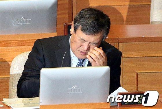 [사진]최문기 장관 '피곤하다'