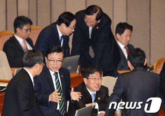 [사진]대화 나누는 국무위원들