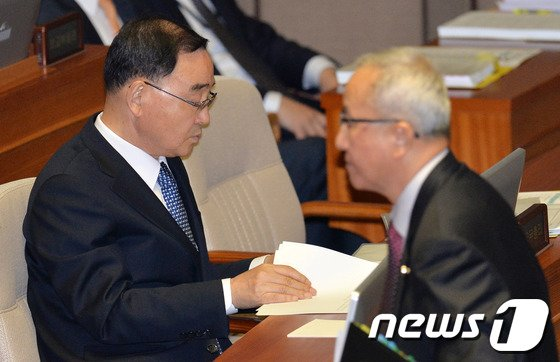 [사진]대정부 질문에 분주한 총리와 부총리