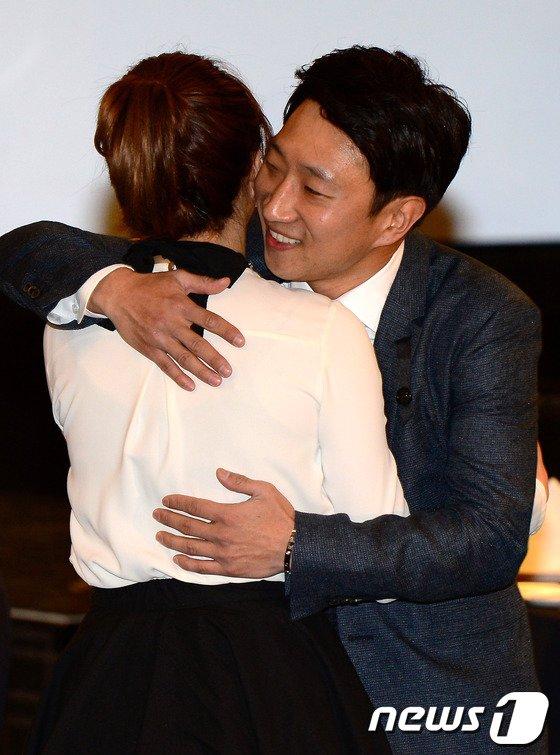 [사진]이상화 선수와 포옹 나누는 이규혁
