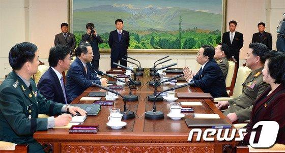 지난 2월 14일 판문점에서 열린 남북 고위급 접촉에서 남북 수석대표들이 얘기를 나누고 있다. (통일부 제공) 2014.2.14/뉴스1 © News1