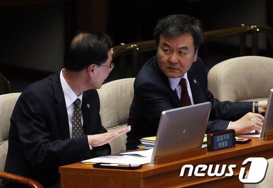 [사진]대화하는 신제윤-노대래 위원장