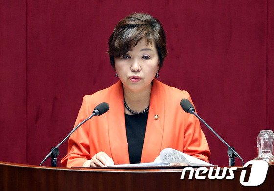 [사진]대정부질문하는 윤명희 의원