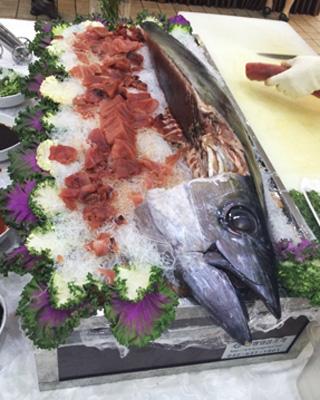 결혼식 피로연 뷔페에서 양껏 먹었던 참치회/사진=배영윤 기자
