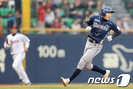[사진]박민우 '걸어 들어가는 3루타'