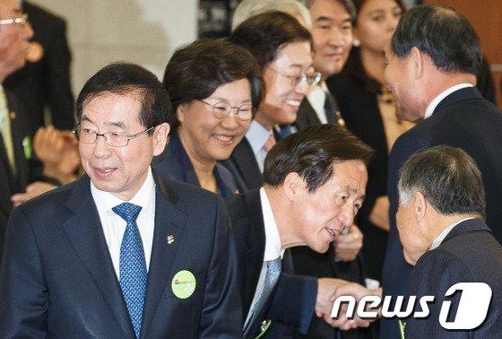 [사진]박원순 '새누리 서울시장 후보들 사이에 서니'
